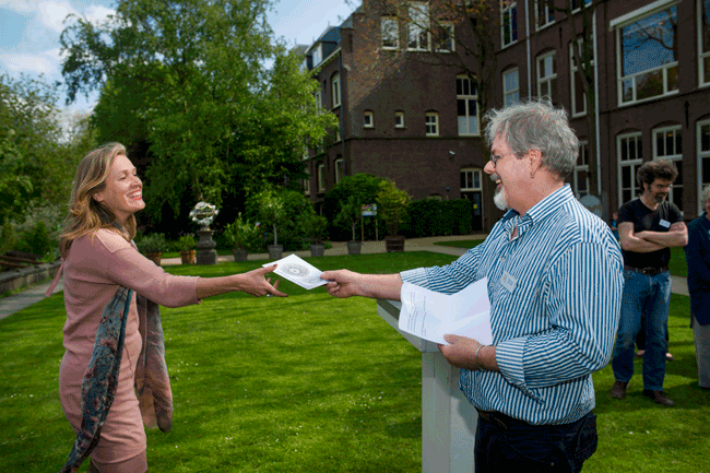 www.schattenvanutrecht.nl-opening-oude-hortus-2015-overhandiging-boekje